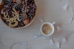 Χριστουγέννων νέος έτους καφές προσκρούσεων φύσης εορτασμού χρυσός ξύλινος καφετής στοκ εικόνες