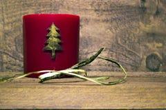 Χριστουγέννων νέο κερί κεριών έτους κόκκινο με ένα σχέδιο χριστουγεννιάτικων δέντρων Στοκ Φωτογραφίες