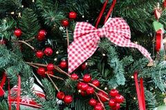 Χριστουγέννων στενό διακοσμημένο δέντρο διακοσμήσεων εστίασης χρυσό αριστερό επάνω Στοκ εικόνα με δικαίωμα ελεύθερης χρήσης
