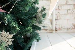 Χριστουγέννων στενό διακοσμημένο δέντρο διακοσμήσεων εστίασης χρυσό αριστερό επάνω Στοκ Εικόνες