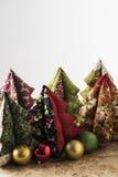 Χριστουγεννιάτικα δέντρα, και σφαίρες Χριστουγέννων Στοκ Εικόνες