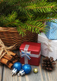 Χριστουγεννιάτικα δέντρα με το κιβώτιο δώρων Στοκ Εικόνα