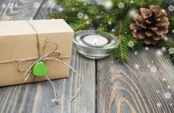 Χριστουγεννιάτικα δέντρα με το κιβώτιο δώρων Στοκ Φωτογραφία