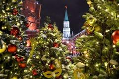 Χριστουγεννιάτικα δέντρα κοντά στη Μόσχα Κρεμλίνο 24 12 2017 Ρωσία, Mo Στοκ Φωτογραφίες