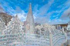 Χριστουγεννιάτικα δέντρα πόλεων χειμερινού χιονιού Στοκ εικόνα με δικαίωμα ελεύθερης χρήσης