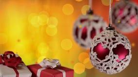 Χριστουγεννιάτικα δώρα και μπιχλιμπίδια στο μουτζουρωμένο κλίμα φω'των απόθεμα βίντεο