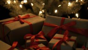 Χριστουγεννιάτικα δώρα και φω'τα Χριστουγέννων bokeh απόθεμα βίντεο