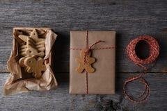 Χριστουγεννιάτικα δώρα με ένα κιβώτιο διαμορφωμένων των διακοπές μπισκότων Στοκ Φωτογραφίες