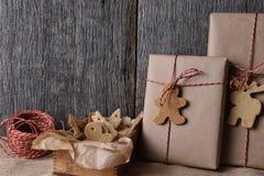 Χριστουγεννιάτικα δώρα με διαμορφωμένα τα διακοπές μπισκότα Στοκ Εικόνες