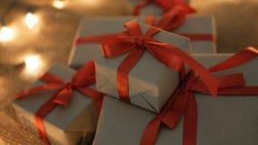 Χριστουγεννιάτικα δώρα με τα φω'τα θαμπάδων απόθεμα βίντεο