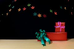 Χριστουγεννιάτικα δώρα με το χιόνι bokeh στον ξύλινο πίνακα Στοκ φωτογραφία με δικαίωμα ελεύθερης χρήσης