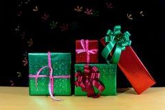 Χριστουγεννιάτικα δώρα με το χιόνι bokeh στον ξύλινο πίνακα Στοκ εικόνες με δικαίωμα ελεύθερης χρήσης