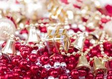 Χριστουγεννιάτικα δώρα στα μαργαριτάρια Στοκ Εικόνες