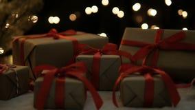 Χριστουγεννιάτικα δώρα στα φω'τα bokeh απόθεμα βίντεο