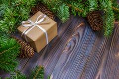 Χριστουγεννιάτικα δώρα στο ξύλινο υπόβαθρο, αναδρομικό ύφος με το διάστημα αντιγράφων Στοκ Φωτογραφία
