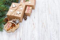 Χριστουγεννιάτικα δώρα στο ξύλινο υπόβαθρο με το καλάθι Χριστουγέννων, αναδρομικό ύφος με το διάστημα αντιγράφων Στοκ Φωτογραφία