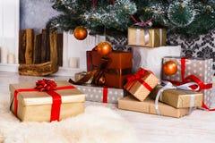 Χριστουγεννιάτικα δώρα κάτω από το δέντρο έλατου, έννοια διακοπών Στοκ Εικόνες