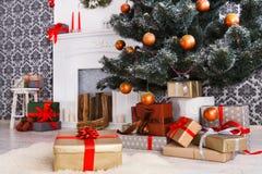 Χριστουγεννιάτικα δώρα κάτω από το δέντρο έλατου, έννοια διακοπών Στοκ Φωτογραφία