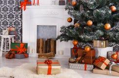 Χριστουγεννιάτικα δώρα κάτω από το δέντρο έλατου, έννοια διακοπών Στοκ Εικόνα