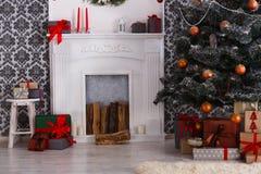 Χριστουγεννιάτικα δώρα κάτω από το δέντρο έλατου, έννοια διακοπών Στοκ φωτογραφία με δικαίωμα ελεύθερης χρήσης