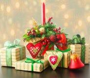Χριστουγεννιάτικα δώρα με τη χειροποίητη διακόσμηση Στοκ Φωτογραφία