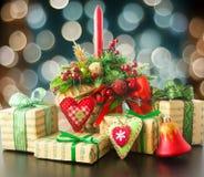 Χριστουγεννιάτικα δώρα με τη χειροποίητη διακόσμηση Στοκ Φωτογραφίες