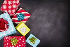 Χριστουγεννιάτικα δώρα με τον πίνακα κιμωλίας Στοκ Εικόνες