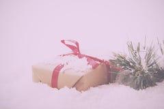 Χριστουγεννιάτικα δώρα στο καφετί έγγραφο με τον κόκκινο τρύγο κορδελλών αναδρομικό Στοκ φωτογραφία με δικαίωμα ελεύθερης χρήσης