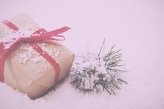 Χριστουγεννιάτικα δώρα στο καφετί έγγραφο με τον κόκκινο τρύγο κορδελλών αναδρομικό Στοκ εικόνα με δικαίωμα ελεύθερης χρήσης