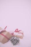Χριστουγεννιάτικα δώρα στο καφετί έγγραφο με τον κόκκινο τρύγο κορδελλών αναδρομικό Στοκ Εικόνα