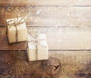Χριστουγεννιάτικα δώρα στο σκοτεινό ξύλινο υπόβαθρο στο εκλεκτής ποιότητας ύφος Στοκ Εικόνες