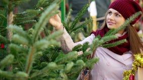 Χριστουγεννιάτικο δέντρο αγοράς γυναικών απόθεμα βίντεο