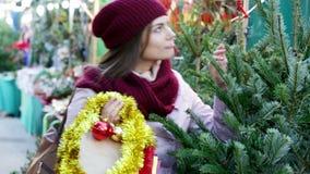 Χριστουγεννιάτικο δέντρο αγοράς γυναικών φιλμ μικρού μήκους