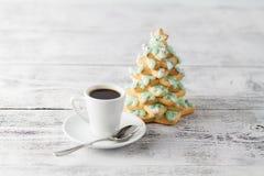 Χριστουγεννιάτικο δέντρο από τα μπισκότα μελοψωμάτων και το φλυτζάνι καφέ Στοκ φωτογραφία με δικαίωμα ελεύθερης χρήσης