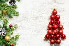 Χριστουγεννιάτικο δέντρο από τις κόκκινους σφαίρες και τους κλάδους δέντρων έλατου Στοκ φωτογραφία με δικαίωμα ελεύθερης χρήσης
