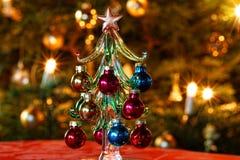 Χριστουγεννιάτικο δέντρο γυαλιού διακοσμήσεων μπροστά από το χριστουγεννιάτικο δέντρο Στοκ Φωτογραφίες