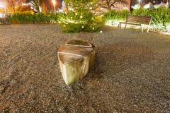 Χριστουγεννιάτικο δέντρο, γλυπτό και πάγκος Στοκ εικόνα με δικαίωμα ελεύθερης χρήσης