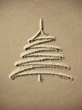 Χριστουγεννιάτικο δέντρο εικόνων στην άμμο Στοκ φωτογραφία με δικαίωμα ελεύθερης χρήσης