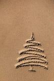 Χριστουγεννιάτικο δέντρο εικόνων στην άμμο Στοκ Φωτογραφία