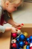 Χριστουγεννιάτικο δέντρο επιδέσμου κοριτσιών Στοκ φωτογραφία με δικαίωμα ελεύθερης χρήσης