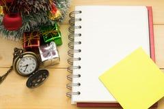 Χριστουγεννιάτικο δέντρο, διακόσμηση Χριστουγέννων, ρολόι και σημειωματάριο εκτάριο τσεπών στοκ φωτογραφία