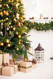 Χριστουγεννιάτικο δέντρο και εσωτερικό δωμάτιο που διακοσμούνται στα WI ύφους Χριστουγέννων Στοκ Εικόνες