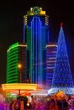 Χριστουγεννιάτικο δέντρο και πόλη του Γκρόζνυ τη νύχτα Στοκ Εικόνες