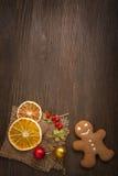 Χριστουγεννιάτικο δέντρο και δώρα μελοψωμάτων στον πίνακα Στοκ εικόνες με δικαίωμα ελεύθερης χρήσης