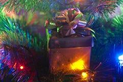 Χριστουγεννιάτικο δέντρο και δώρο Στοκ φωτογραφία με δικαίωμα ελεύθερης χρήσης