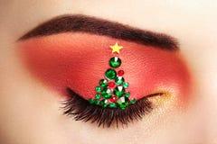 Χριστουγεννιάτικο δέντρο κοριτσιών ματιών makeover Στοκ φωτογραφίες με δικαίωμα ελεύθερης χρήσης
