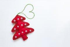 Χριστουγεννιάτικο δέντρο με διαμορφωμένη την καρδιά σειρά Στοκ Φωτογραφία