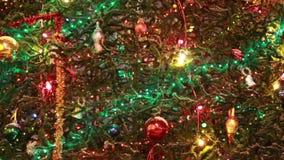 Χριστουγεννιάτικο δέντρο με τα ζωηρόχρωμα φω'τα φιλμ μικρού μήκους