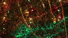 Χριστουγεννιάτικο δέντρο με τα ζωηρόχρωμα φω'τα απόθεμα βίντεο