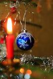 Χριστουγεννιάτικο δέντρο με τα κεριά και τις τράπεζες Στοκ Εικόνες